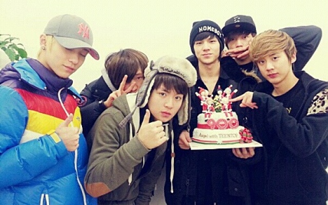 "TEEN TOP sdíleli fotku s dortem, na kterém je číslo 900 a nápis ""Angel s TEEN TOP"""