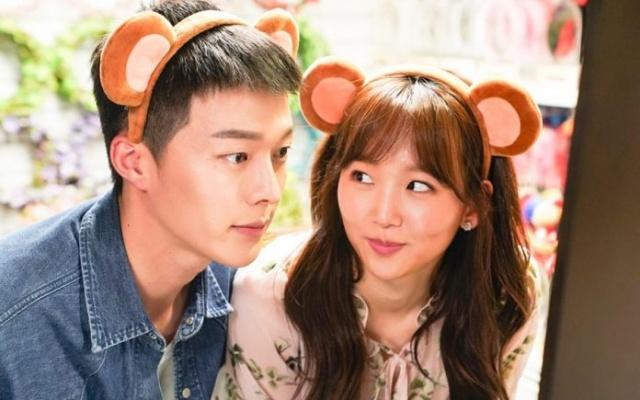 Kórejskí herci Jang Ki Yong a Jin Ki Joo v melodráme Come and Hug Me