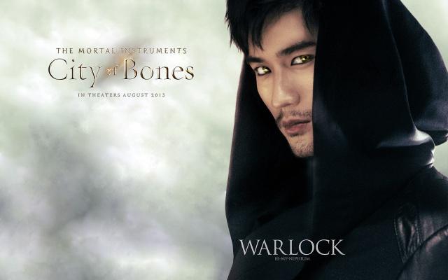 Godfrey Gao jako čaroděj Magnus Bane