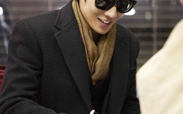 Lee Joon rozdával autogramy