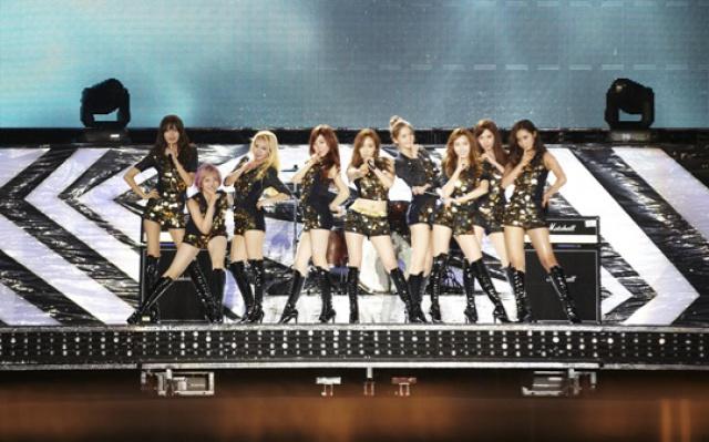 "Kompletní sestava Girls′ Generation na ""SMTOWN Live World Tour III"" v Bangkoku"